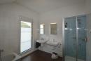 Bad mit Wanne-Dusche und WC