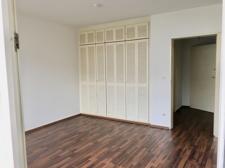Wohn-Schlafzimmer mit Einbauschrank