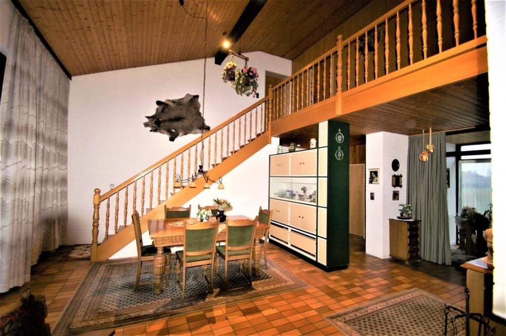 Esszimmer mit Treppe zur Galerie/ OG