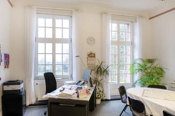 großes Büro mit halbrunder Terrasse