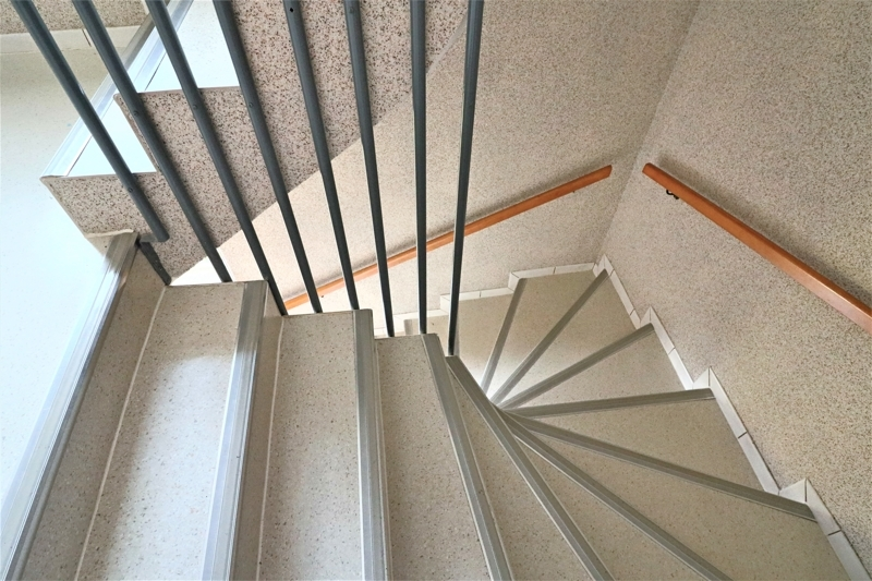 großzügiges, gepflegtes Treppenhaus