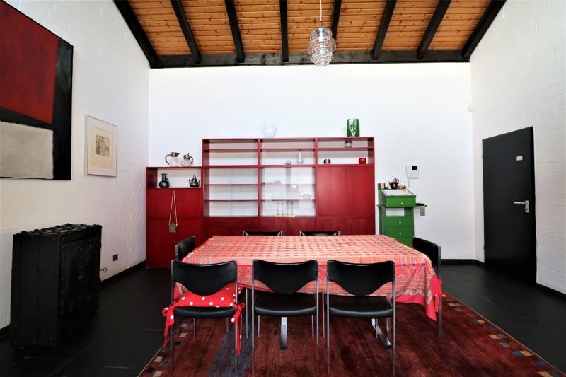 Essplatz - rechts abgeschlossene Küche/ Türe