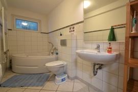 Das Badezimmer mit Wirlpool-Wanne im EG