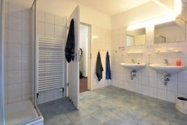 Ein Badezimmer im OG