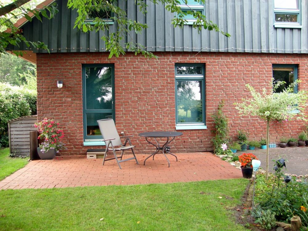 Kleine Terrasse hinter dem Haus
