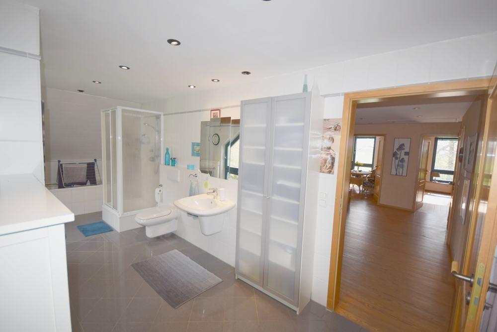 Teilansicht Badezimmer mit Flur