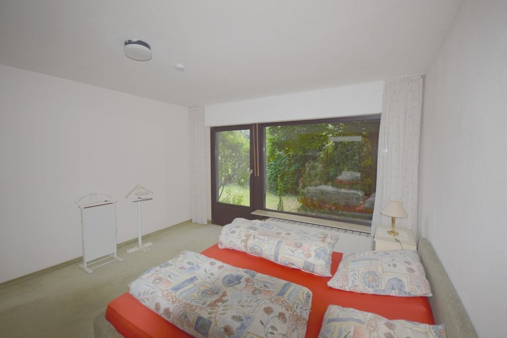 Zimmer mit Zugang zum Atrium.
