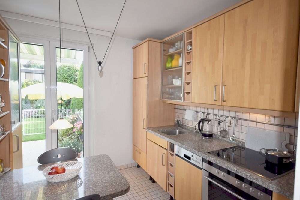 Einbauküche mit Zugang zum Garten