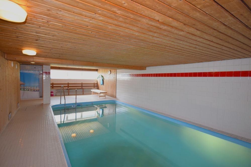 Pool mit Sauna im Keller.