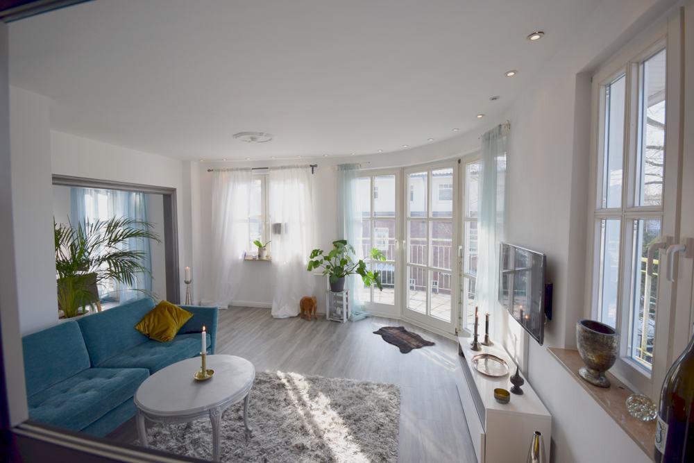 Blick in das Wohnzimmer vom Arbeitsbereich aus