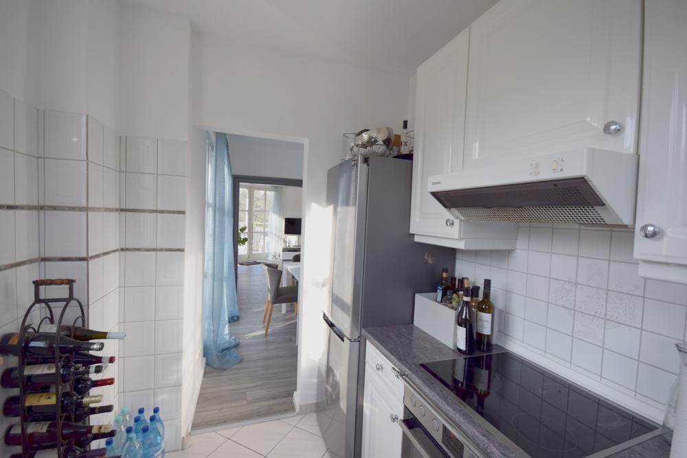 Blick von Küche zum Wohnbereich