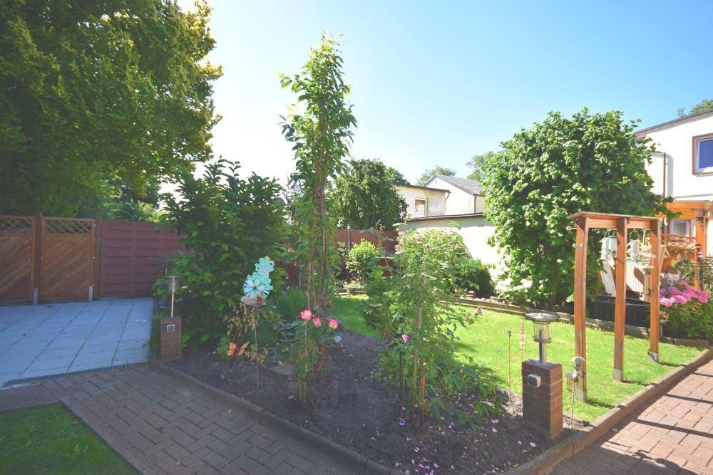 Terrasse und Garten hinten