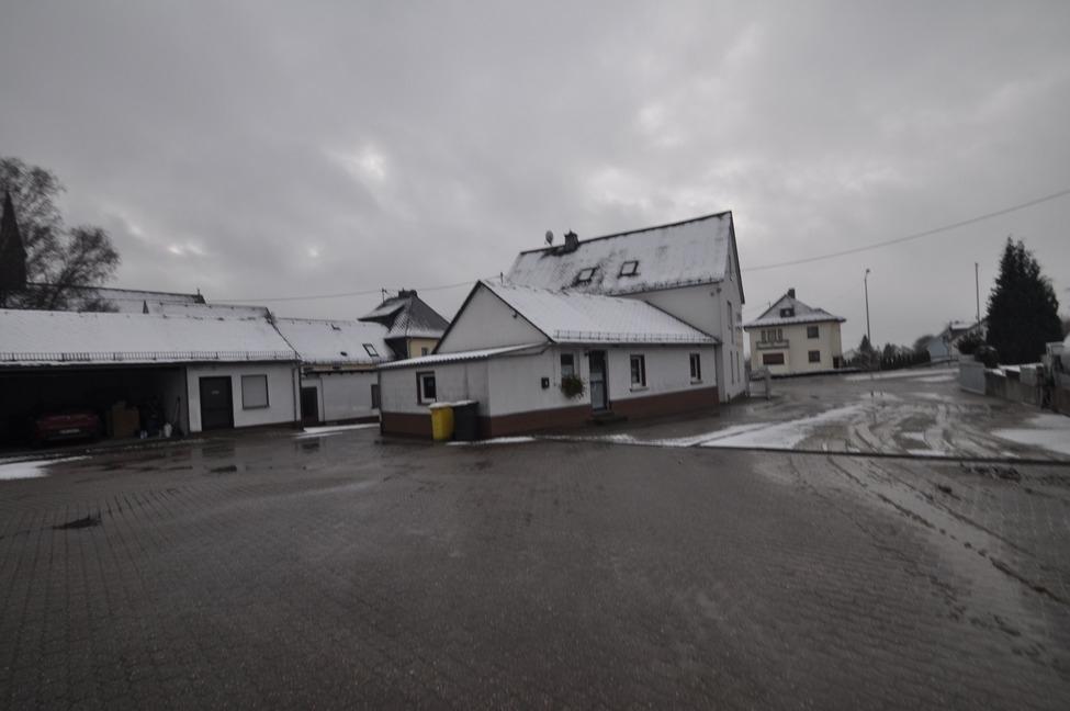 Ein-ausfahrt links Wohnhaus mit Büro Anbau