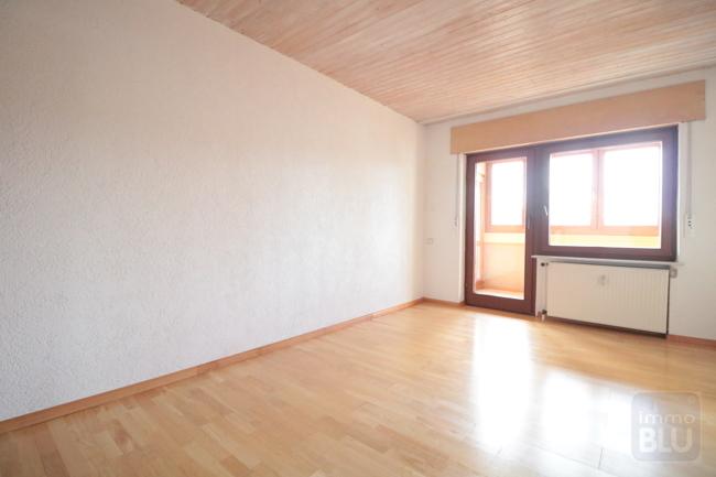 großes Zimmer mit Zugang zum Wintergarten