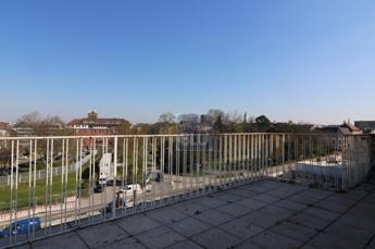 grosse Terrasse Blick auf Nymphengarten