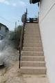 Eine Außentreppe führt nach oben