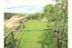 Ebener Garten mit dem Meer im Hintergrund