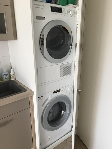 Waschmaschine und Trockner in der Küche