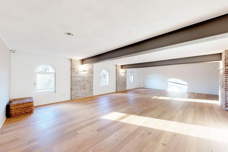 Wohnzimmer mit Sichtmauerwerk und Stahlträgern