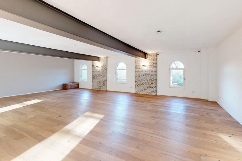 ca. 96m² großes Wohnzimmer mit Holzdielenboden