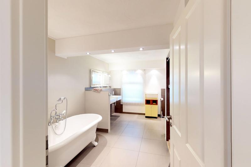 großes Badezimmer mit XXL Dusche und Badewanne