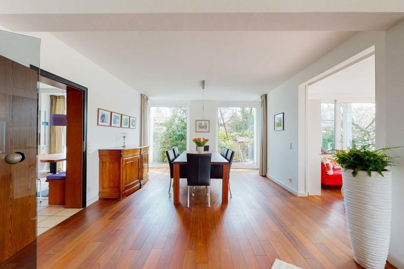 Essbereich mit Blick zur Küche in den privaten Wohnraum