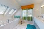 Obergeschoss: Bad en Suite mit Whirlpool-Badewanne