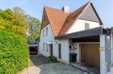 Hausansicht mit Garage und 2 PKW-Stellplätzen