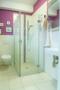Praktisch: das Bad im Erdgeschoss bietet eine Dusche. Morgens wird man dieses Privileg doppelt zu schätzen wissen!