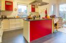 Knallig rot, hell, freundlich, modern: hier lässt es sich wunderbar kochen, oder?