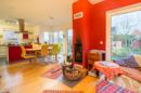 Rot wie das Feuer, das dieses Wohnzimmer bald kuschelig warm macht: der Wohn- und Essbereich!