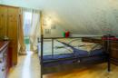 Klein, fein und durch die Schrägen auch richtig gemütlich: das Elternschlafzimmer mit anhängigem Ankleideraum.
