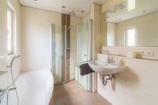 Hier lässt es sich aushalten, oder? Ihr vor wenigen Jahren frisch saniertes Bad bietet eine bodentiefe Dusch, Badewanne und viel Tageslicht.