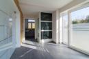 Groß, hell, imposant: in diesem Haus ist alles etwas größer. Das gilt auch für den Eingangsbereich. Herzlich Willkommen!