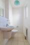 Solide, praktisch, hell: das Gäste-WC im Erdgeschoss.