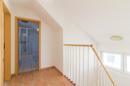 Über die gemütlich-offene Treppe gelangen Sie ins urige Dachgeschoss. Wer wird hier wohl künftig residieren?