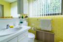 Badezimmer KG: Gelb wie der Optimismus, bunt wie die 70er: Ihr separates Badezimmer im Kellergeschoss.