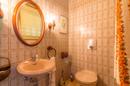 Gäste-WC: Zugegeben: Topmodern ist anders. Das solide und gepflegte Gäste-WC ist trotzdem prima in Schuss.