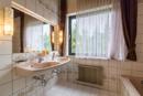 Badezimmer: Platz satt - Helligkeit satt: Ihr Badezimmer