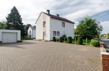 Hausansicht mit Hoffläche und Garage