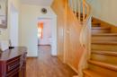 Flurbereich mit Echtholztreppe zum Obergeschoss