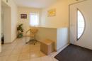 Ihr großzügiger Eingangsbereich lässt viel Helligkeit herein und führt in alle Lebensbereiche und den Keller ab.