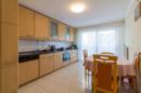 Groß, hell und mit sonnigen Aussichten: Ihre Küche ist direkt an die zweite Terrasse angegliedert und bietet viel Platz für lange Kochabende.