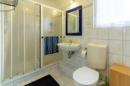 Großzügig und im soliden 90er-Jahre-Stil kommt das Badezimmer mit großer Dusche daher.