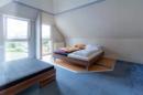 Na das nennen wir mal ein Paradies! Ihr Dachgeschoss mit Teppichboden lässt sich ideal als Jugendraum oder riesiges Spielzimmer nutzen.