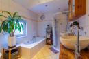 Wellness im eigenen Zuhause: Das Bad mit Wanne, Dusche und ordentlich viel Platz ist bestens dafür geeignet.