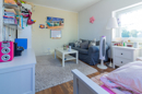 Hochmodern, hell, freundlich und supergemütlich dank Schrägen: in diesem Zimmer wohnen Kinder gern. Versprochen!