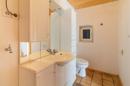 Gar nicht klein, dafür praktisch: das Gäste-WC der Erdgeschoss-Wohnung liegt direkt im Eingangsbereich.