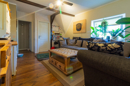 Kassettentüren, uriges Holz, schöne Sichtbalken: was für ein gemütliches Familienzentrum Ihr Wohnzimmer ist, oder?