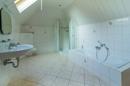 Wellness mit viel Platz und Licht finden Sie im Familienbad vor. Praktisch: die Lage ermöglicht Ihnen maximale Ruhe, denn das Bad ist als einzelner Raum ans Haus angebaut.